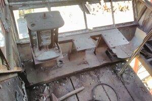 Kabína žeriava je vyrobená z dreva, z veľkej časti je však jej vnútro rozkradnuté. Chýbajúce časti nahradia repliky.