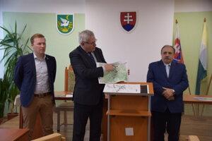 Členovia petičného výboru (vľavo Matej Fabšík, v strede Ľubomír Janoška, vpravo primátor Krásna nad Kysucou Jozef Grapa) vysvetľujú, v čom spočíva stavba nadjazdu v Radoli.