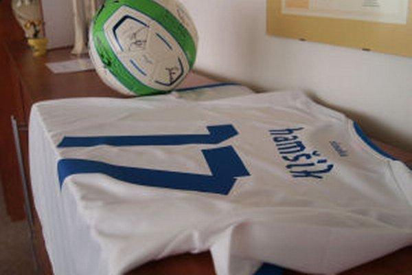 V kancelárii žiarskeho primátora nájdete aj dres futbalistu Mareka Hamšíka či loptu podpísanú hráčmi reprezentácie.
