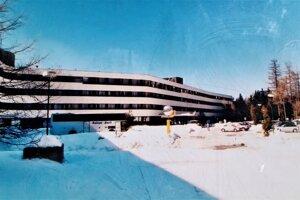 Liečebný komplex Helios kedysi. Otvorili ho v roku 1976. Bol najvyššie položeným liečebným domom v Československu. Táto fotografia je súčasťou informačnej tabule.