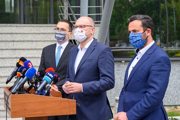 Zľava Ivan Lesay zo Slovak Investment Holding, minister hospodárstva Richard Sulík a expert na eurofondy Ján Rudolf