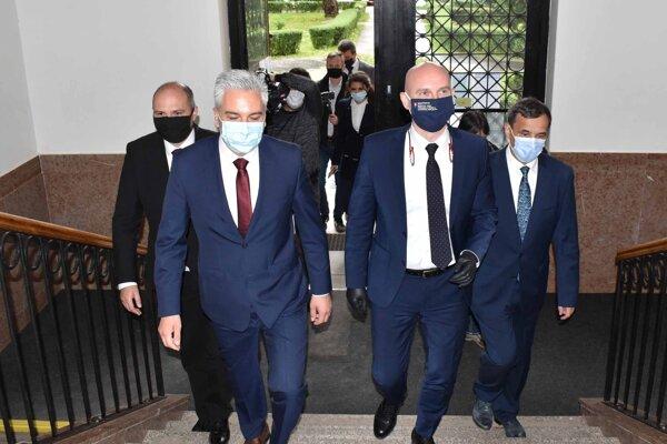 Minister školstva (vpravo) mal v piatok návštevný deň na košických školách.