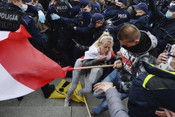 V Poľsku došlo k stretom medzi demonštrantmi a políciou.