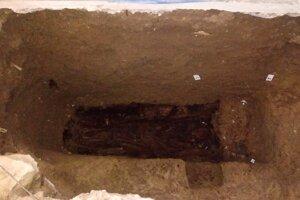 Hrob v presbytériu pri krypte.