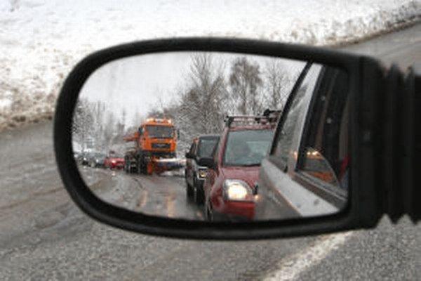 Kamióny mávajú na ceste Kremnica – Kremnické Bane problémy najmä v zime.