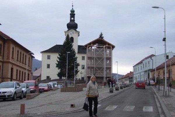Vežové hodiny sú na budove novobanskej radnice od roku 1903.
