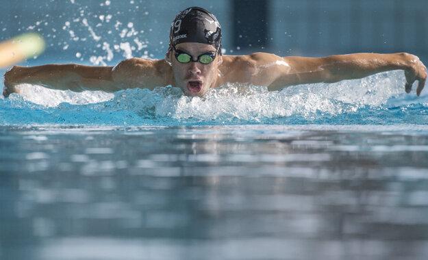 Slovenský triatlonový reprezentant  Richard Varga pláva počas tréningu v Bratislave.
