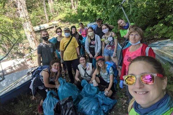 Spoločne vyzbierali dobrovoľníci 285 vriec odpadkov.