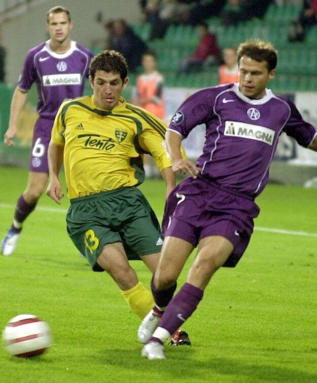 Martin Minarčík (v žltozelenom) vdrese MŠK Žilina. Snímka pochádza zroku 2005, zo zápasu druhého predkola Pohára UEFA, keď Žilina hostila Austriu Viedeň.