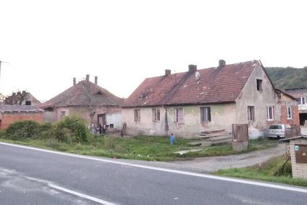 Dvojica mužov prišla na pohreb do Kozároviec. Hranicu s Českou republikou prekročila mimo oficiálneho priechodu, aby sa vyhla karanténe.