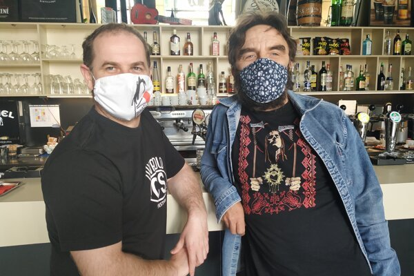 Členovia asociácie amajitelia klubov Michal Malicher (Nájomná jednotka 210 vNitre) a Drahomír Jacko (Music aCafe vNitre)