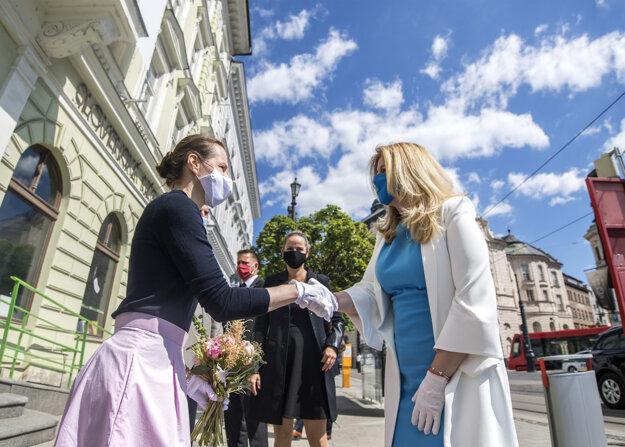 Generálna riaditeľka SNG Alexandra Kusá víta prezidentku Zuzanu Čaputovú.