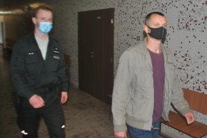 Ivan s eskortou na krajskom súde.
