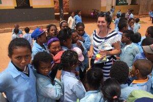 Pedagogička s tamojšími deťmi.