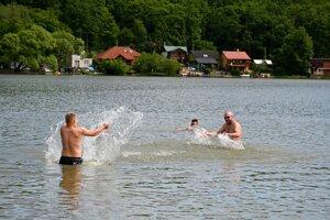 Májové kúpanie vo Vinianskom jazere.