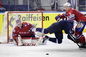 Dávid Skokan v akrobatickej polohe pred brankárom Haugenom. Zo súboja Slovensko - Nórsko (5:2) na MS 2014.