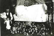 Pohreb pani Lukáčovej z Devičian v USA, ktorá tam zomrela na španielsku chrípku.