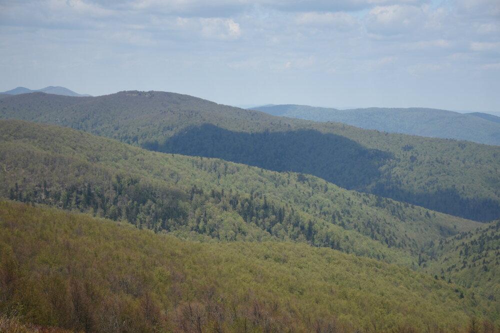 Mračná dopadajúce na poľské Bieszczady. Pohľad z vrcholu Ďurkovec.