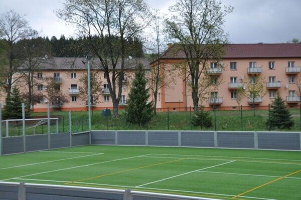Vynovené ihrisko s umelou trávou v Istebnom.