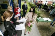 Odovzdávanie vysvedčení o maturitnej skúške žiakom IV.B triedy Obchodnej akadémie  na Nevädzovej 3 v Bratislave.