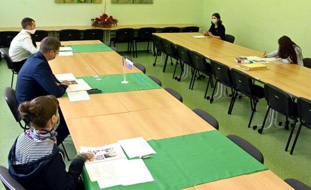 Ústna časť maturitnej skúšky z anglického jazyka v zborovni na Obchodnej akadémii v Trebišove.