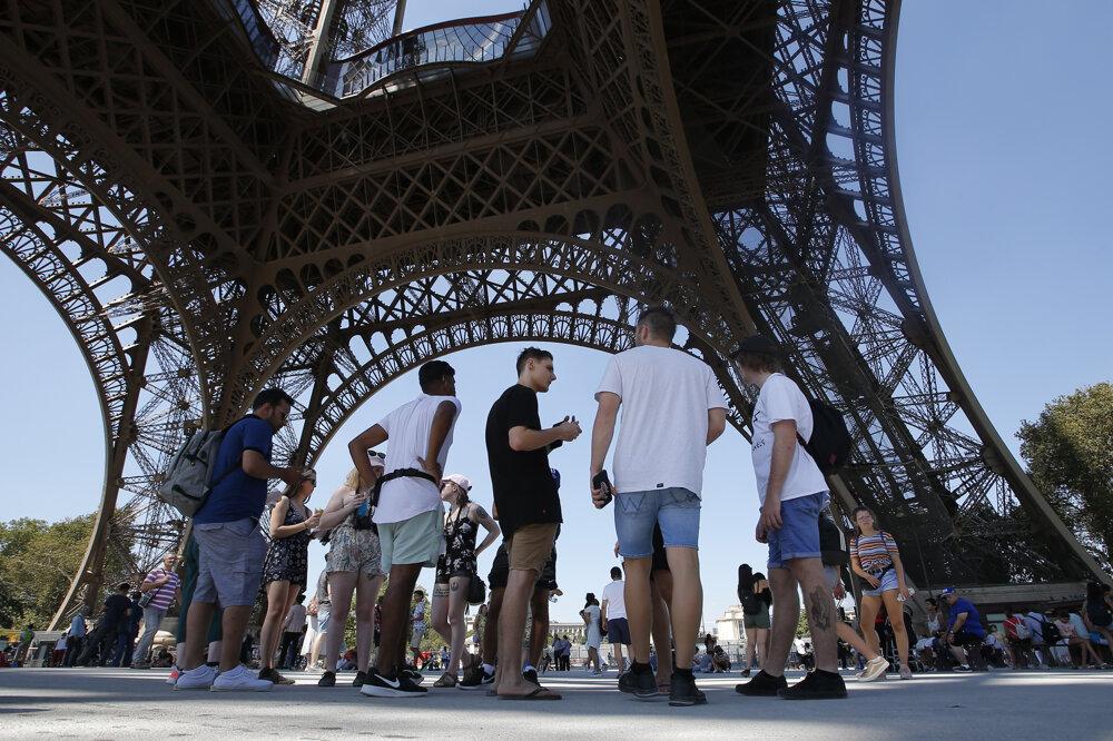 Pod Eiffelovou vežou boli v minulosti dlhé rady samozrejmosťou.