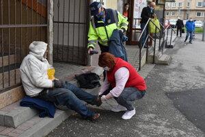 Bezdomovcovi pomohli mestskí policajti, sociálne pracovníčky, zdravotnícki záchranári aj nemocnica.