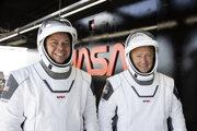 Členovia misie Demo-2 Robert Behnken (vľavo) a Douglas Hurleys pri prípravách na stredajší let. Budú prví astronauti, ktorí poletia v komerčnej vesmírnej lodi.