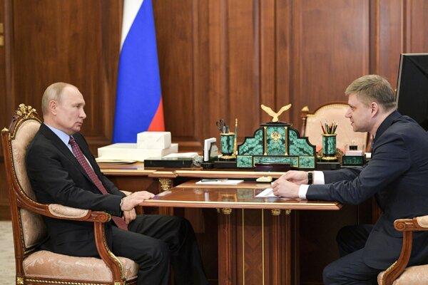 Ruský prezident Vladimir Putin a riaditeľ Ruských železníc Oleg Belozjorov počas stretnutia v pondelok 25. mája 2020.