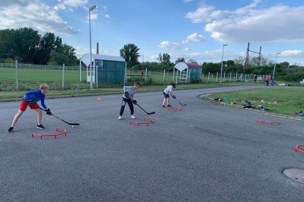 Cvičenia mladých hokejistov na suchu