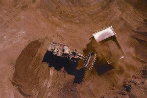 Nedatovaná snímka spoločnosti Rio Tinto zachytáva ťažbu železnej rudy v regióne Pibara na západe Austrálie. Ilustračné foto.
