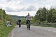 """Pozrieť sa na """"turecký"""" most v Hnúšti - Maši vyrazil na bicykli aj župan Ján Lunter (v popredí). Aktivity mesta smerom k rozvoju turizmu ho tešia."""