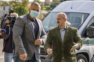 Zľava opozičný poslanec ĽSNS Miroslav Suja a predseda ĽSNS Marian Kotleba počas pojednávania v kauze kontroverzných šekov na Špecializovanom trestnom súde v Pezinku.