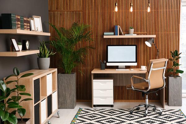 Aj keď domáce prostredie láka zostať pracovať z postele, radšej si sadnite za stôl.