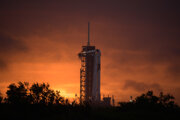 Raketa Falcon 9 s vesmírnou loďou v štartovacom komplexe 39 vo Vesmírnom stredisku Johna F. Kennedyho.