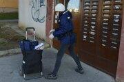 Situácia s nedostatkom poštových doručovateľov sa môže zlepšiť po opätovnom otvorení škôl a škôlok.