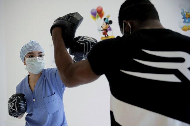 Zdravotníčka Kenza počas tréningu s profesionálnym boxerom Hassanom N'Damom v nemocnici v Paríži.