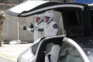 Astronauti NASA Douglas Hurley (vľavo) a Robert Behnken na ceste k odpaľovacej rampe 39-A v areáli Kennedy vesmírneho centra na Floride.