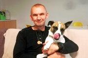 Mariánovi Drinkovi robí spoločnosť pes Bastien.