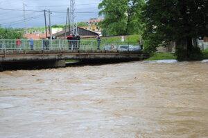 Záplavy v Sabinove v roku 2014: Voda sa začínala prelievať cez ťažko skúšaný most.