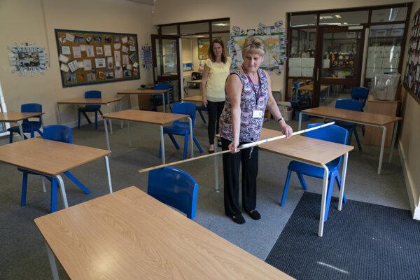 V Británii sa na otvorenie škôl pripravovali aj meraním rozostupov.