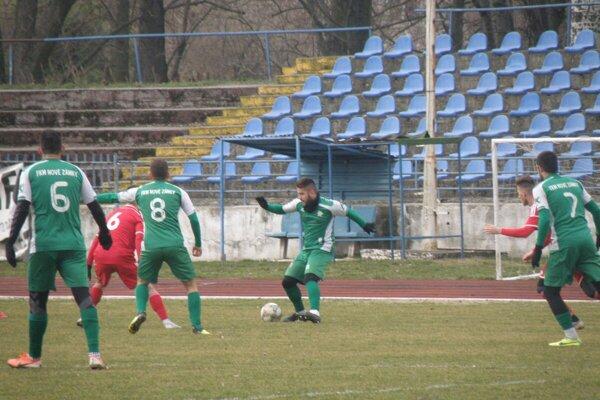 Pri lopte Dávid Petráš, jeden zhrajúcich trénerov FKM.