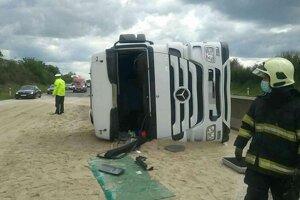 Na diaľnici sa prevrátil kamión.