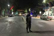 Afganský policajt stráži miesto bombového útoku na mešitu v Kábule.