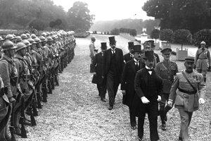 Ágost Benárd a Alfréd Drasche-Lázár, dvaja maďarskí signatári Trianonskej mierovej dohody, prichádzajú 4. júna 1920 na zámok Veľký Trianon.