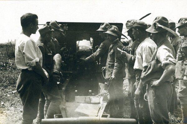 Československí legionári ostreľujú maďarské pozície pri Komárne v roku 1919.