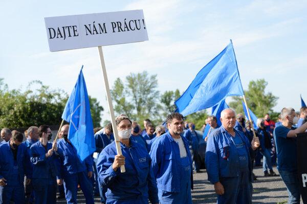 Zhromaždenie zamestnancov SES Tlmače za zachovanie zamestnanosti, ktoré zorganizovala Základná organizácia OZ KOVO Slovenských energetických strojární (SES) v Tlmačoch.