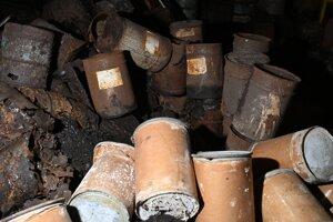 Sklad nezabezpečených sudov s PCB látkami v starej teplárni v zvernici Orlova v areáli Chemko Strážske.
