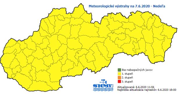 Výstrahy pred búrkami platia na nedeľu pre celé územie Slovenska.