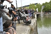 Demonštranti hádžu sochu Edwarda Colstona do vody.